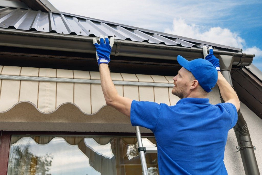 installing roof gutters